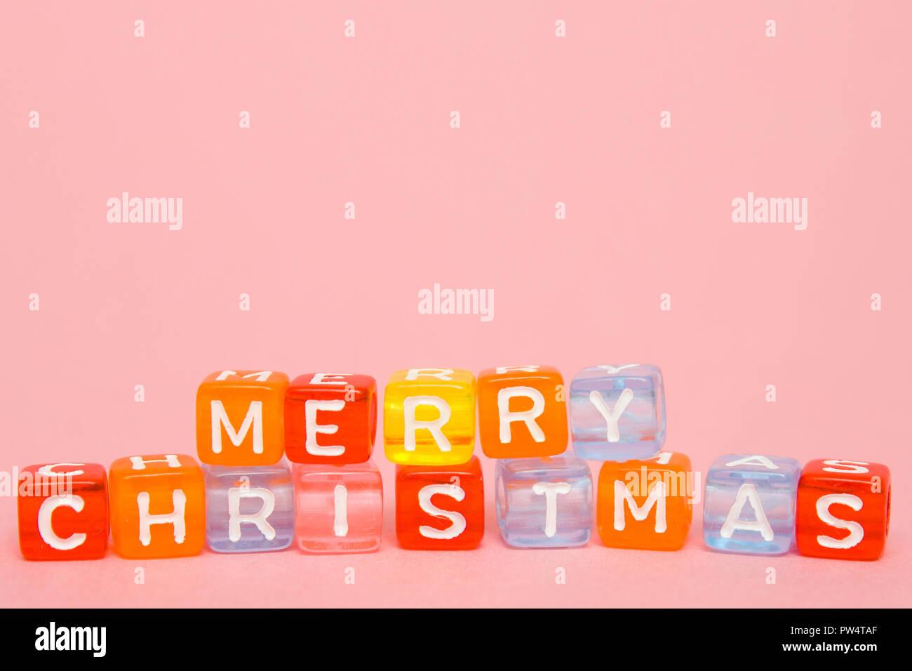 Wörter frohe Weihnachten aus bunten Blöcke auf rosa Hintergrund ...