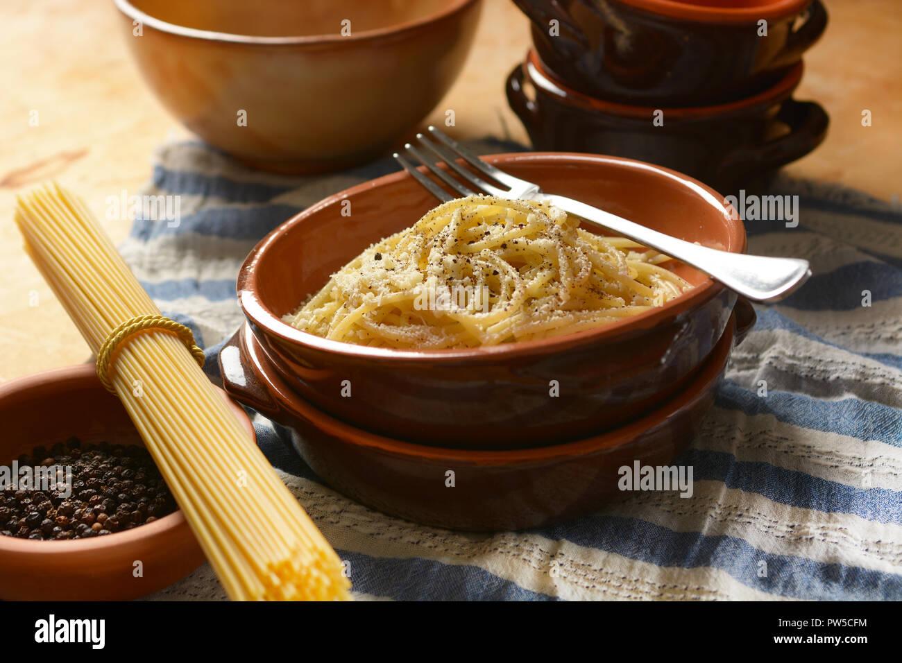 Römische Küche Rezepte | Spaghetti Mit Pecorino Kase Und Pfeffer Traditionelles Rezept Der