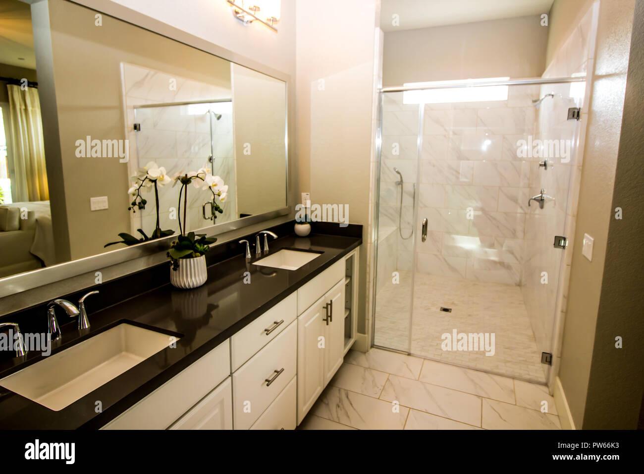 Modernes Bad mit seinem Ihrs & Waschbecken und Dusche aus Glas ...