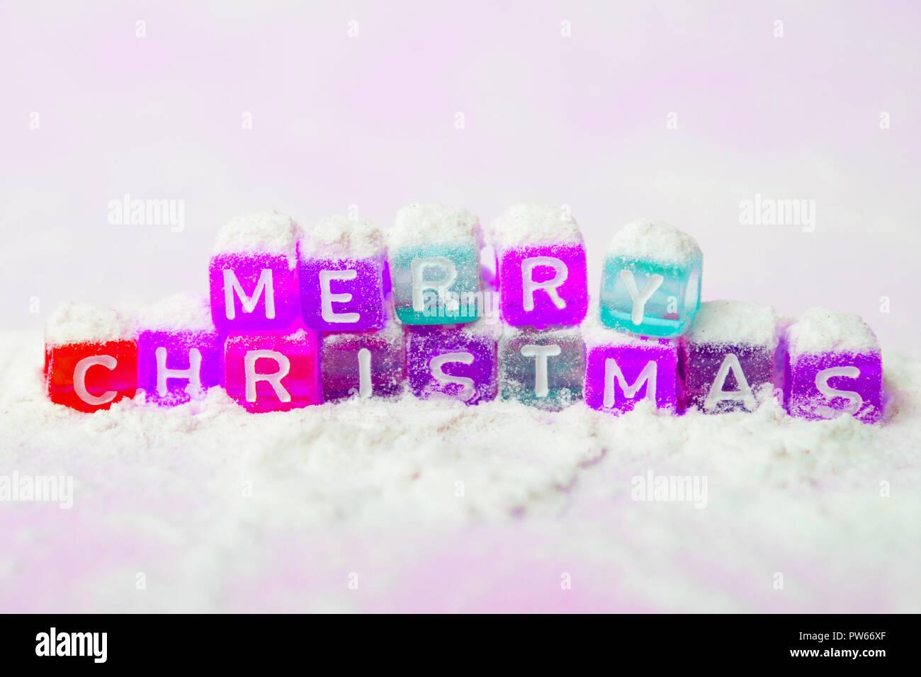 Wörter frohe Weihnachten aus bunte Buchstaben auf weißem Hintergrund ...