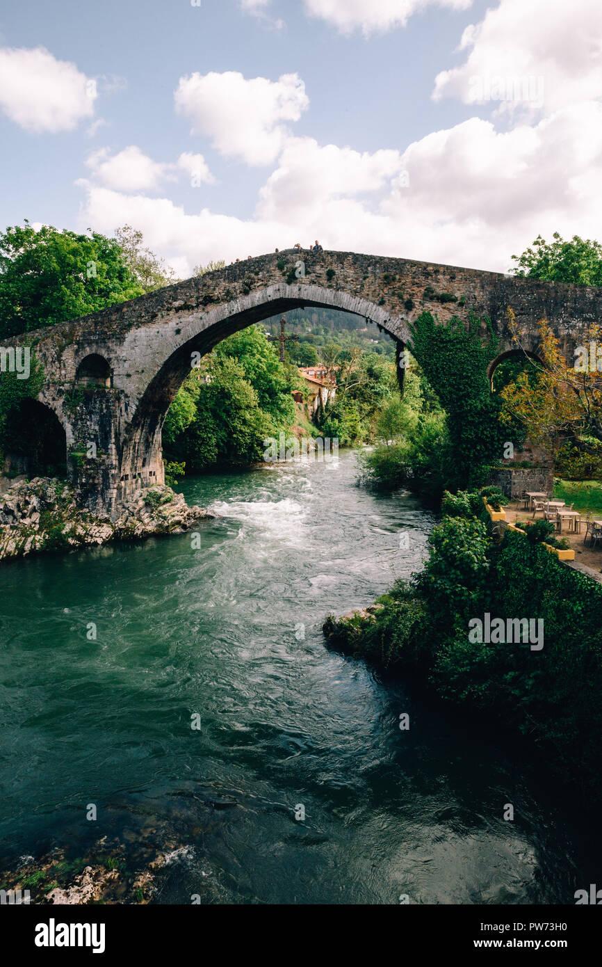 Römische Brücke in Cangas de Onis, Asturien, Spanien, 2018 Stockbild