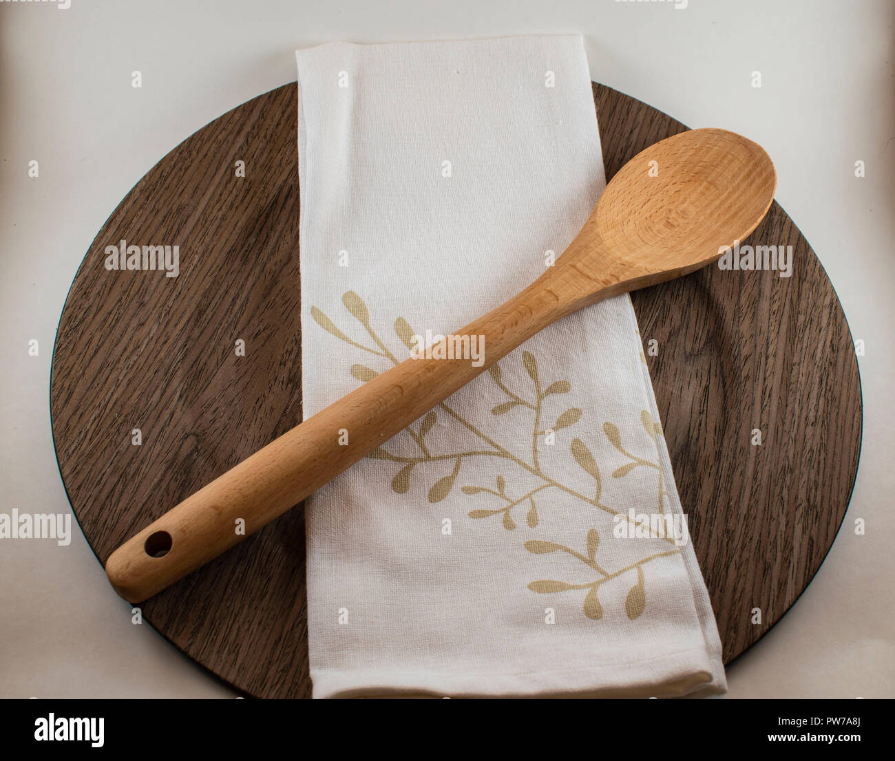 Hölzerne Teller und Löffel aus Holz Stockbild