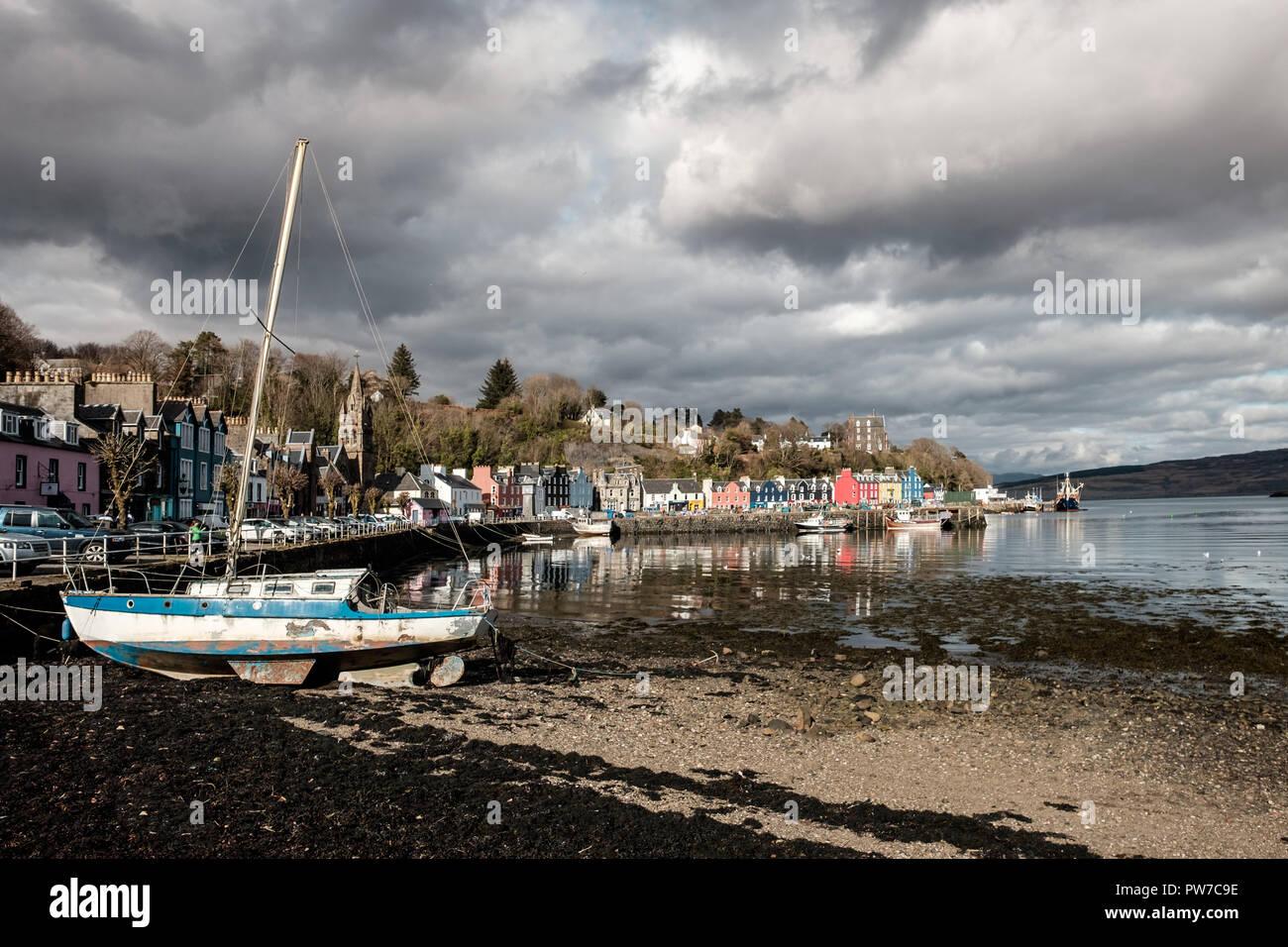 Altes Boot mit Blick von Tobermory Stadt im Hintergrund, Mittwoch, 11 April 2018, Tobermory, Schottland Stockbild