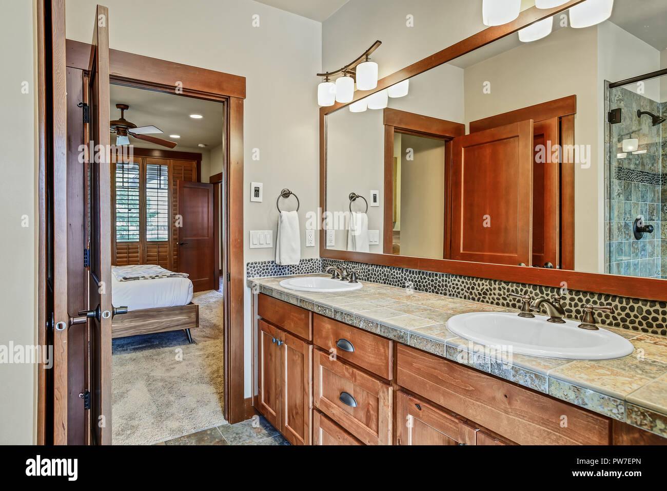 2 Waschbecken Schrank, in einem frisch renovierten ...