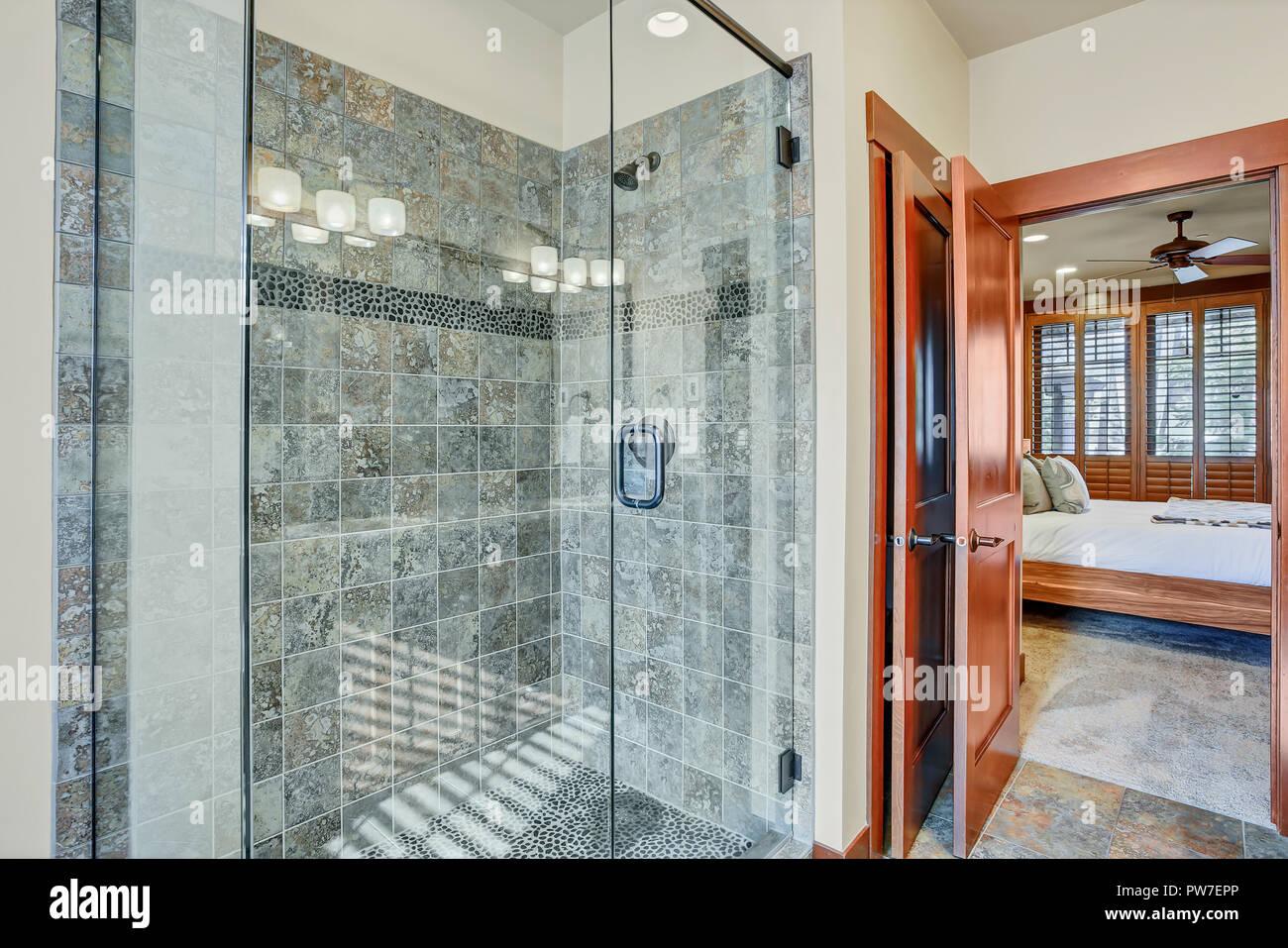 Badezimmer mit begehbarer Dusche Stockfoto, Bild: 222056094 - Alamy