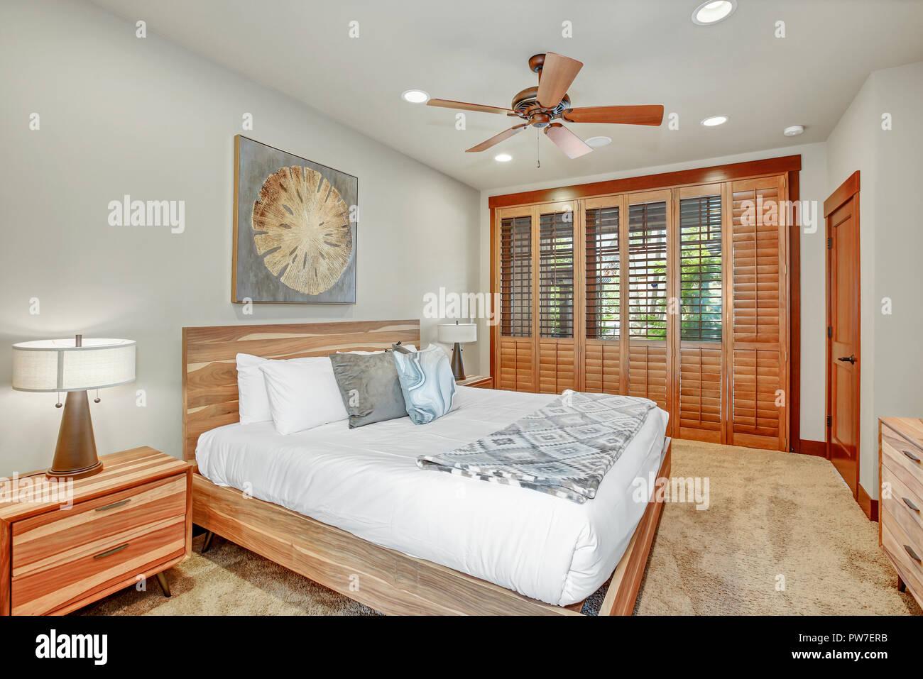 Gemutliche Schlafzimmer Verfugt Uber Grosses Holz Bett Mit Kopfteil