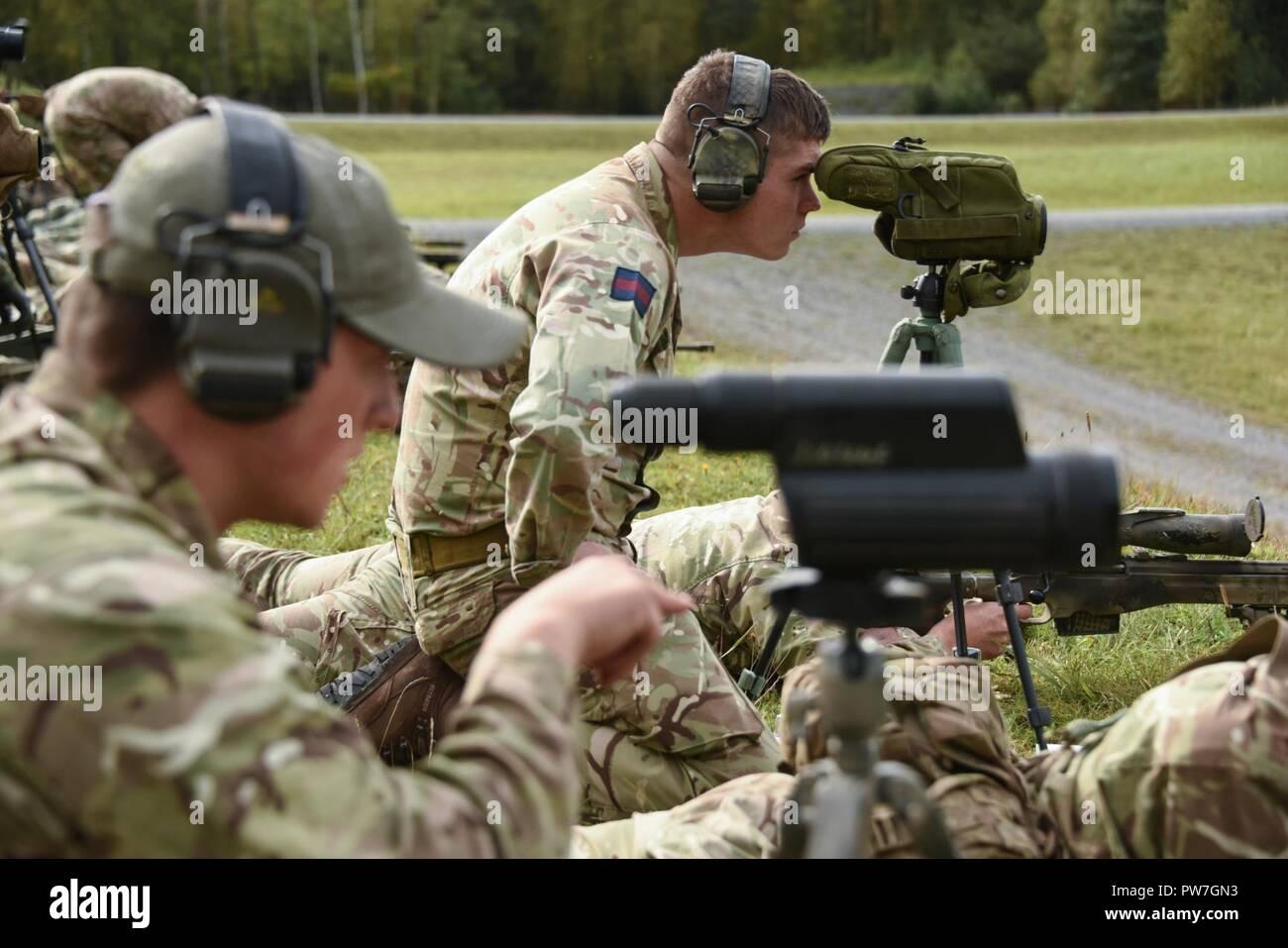 Britische soldaten mit fernglas ziele zu prüfen während die besten