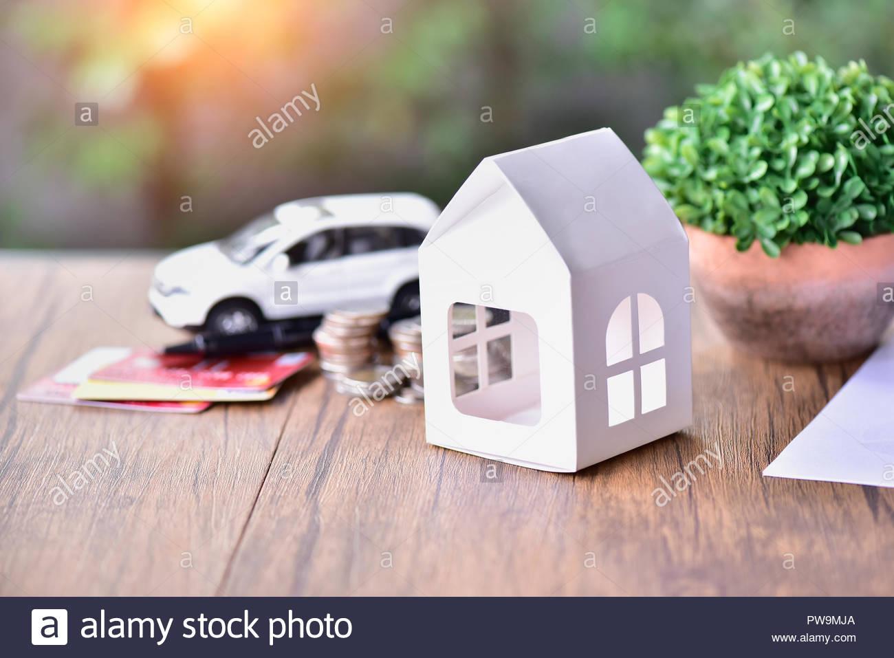 Weißbuch Modell Haus und Auto Kreditkarte Geld sparen auf dem hölzernen Tisch, Haus, Hypothek für Gehäuse Stockbild