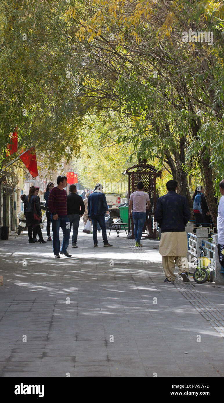 Die lokale Bevölkerung in den nationalen Kleid in Tashkurgan Stockbild