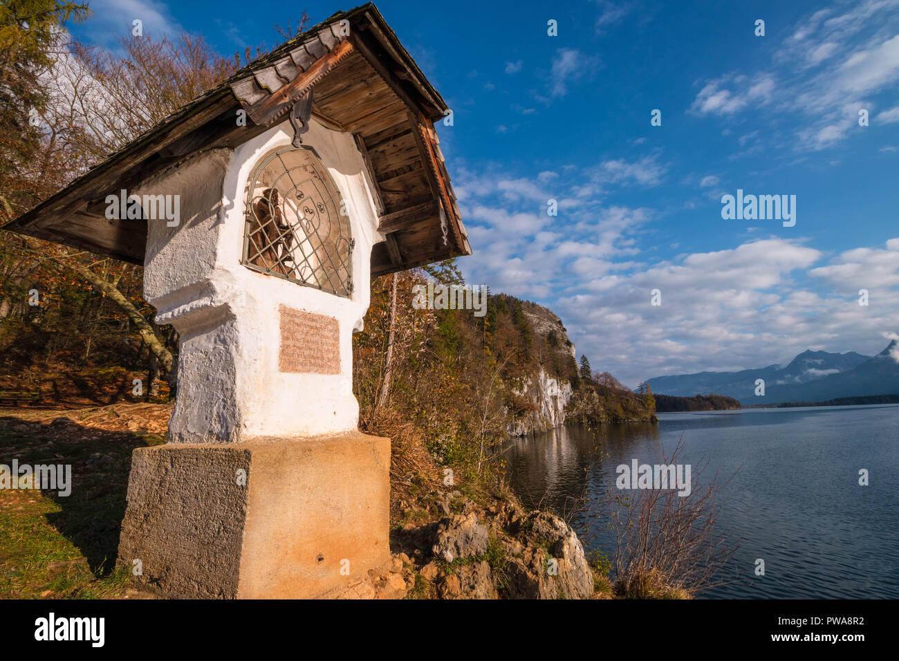 Hochzeit Kreuz (hochzeitskreuz) Bildstock auf einem Felsen über Lake Wolfgangsee. Das Kreuz stammt aus dem Jahre 1609 und ist auf eine Legende über Weddi basierend Stockbild