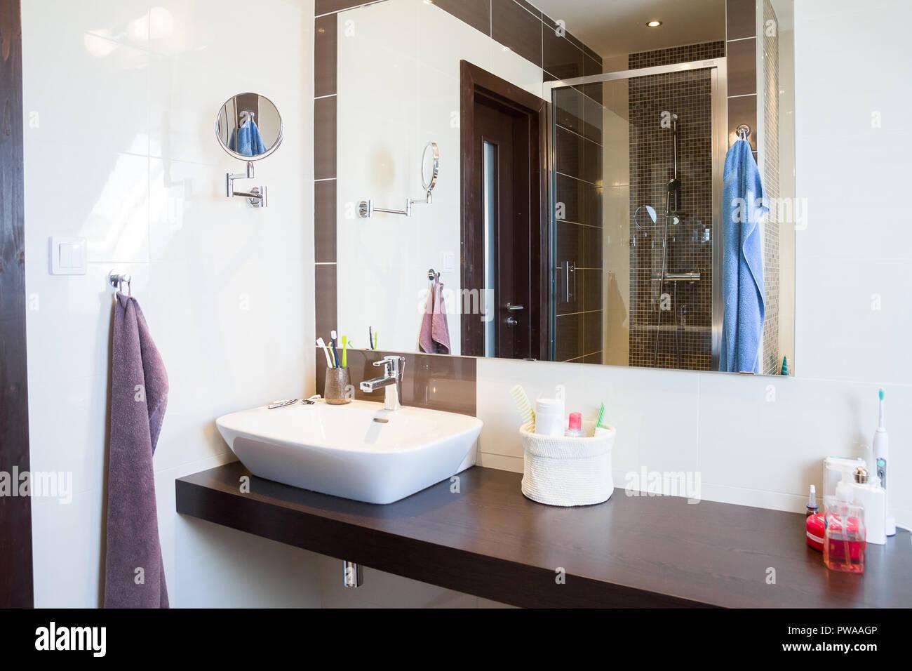 Moderne Badezimmer design Stockfoto, Bild: 222118646 - Alamy