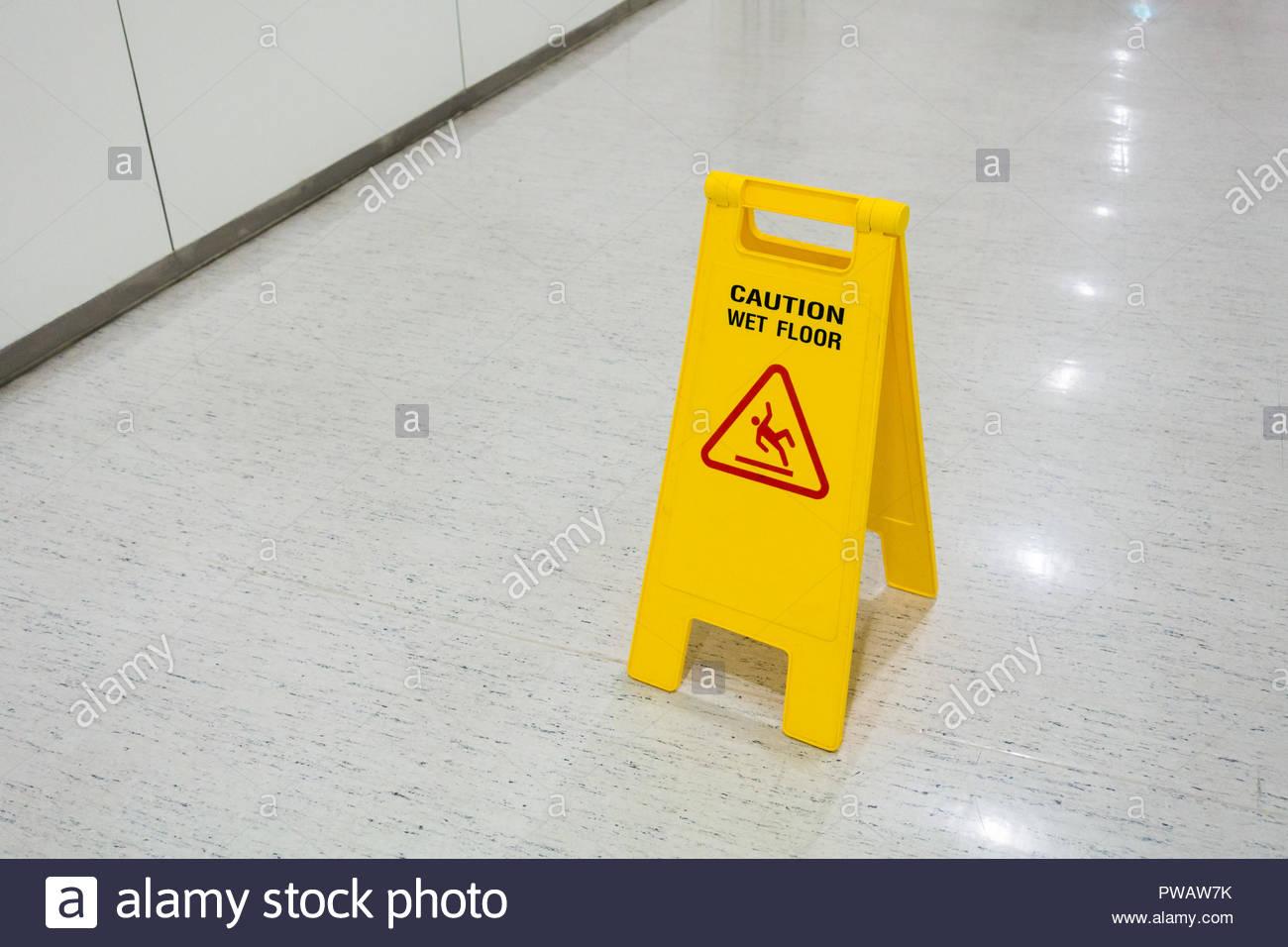 Fußboden Im Krankenhaus ~ Schilder kunststoff gelb auf stock text vorsicht nasser boden im
