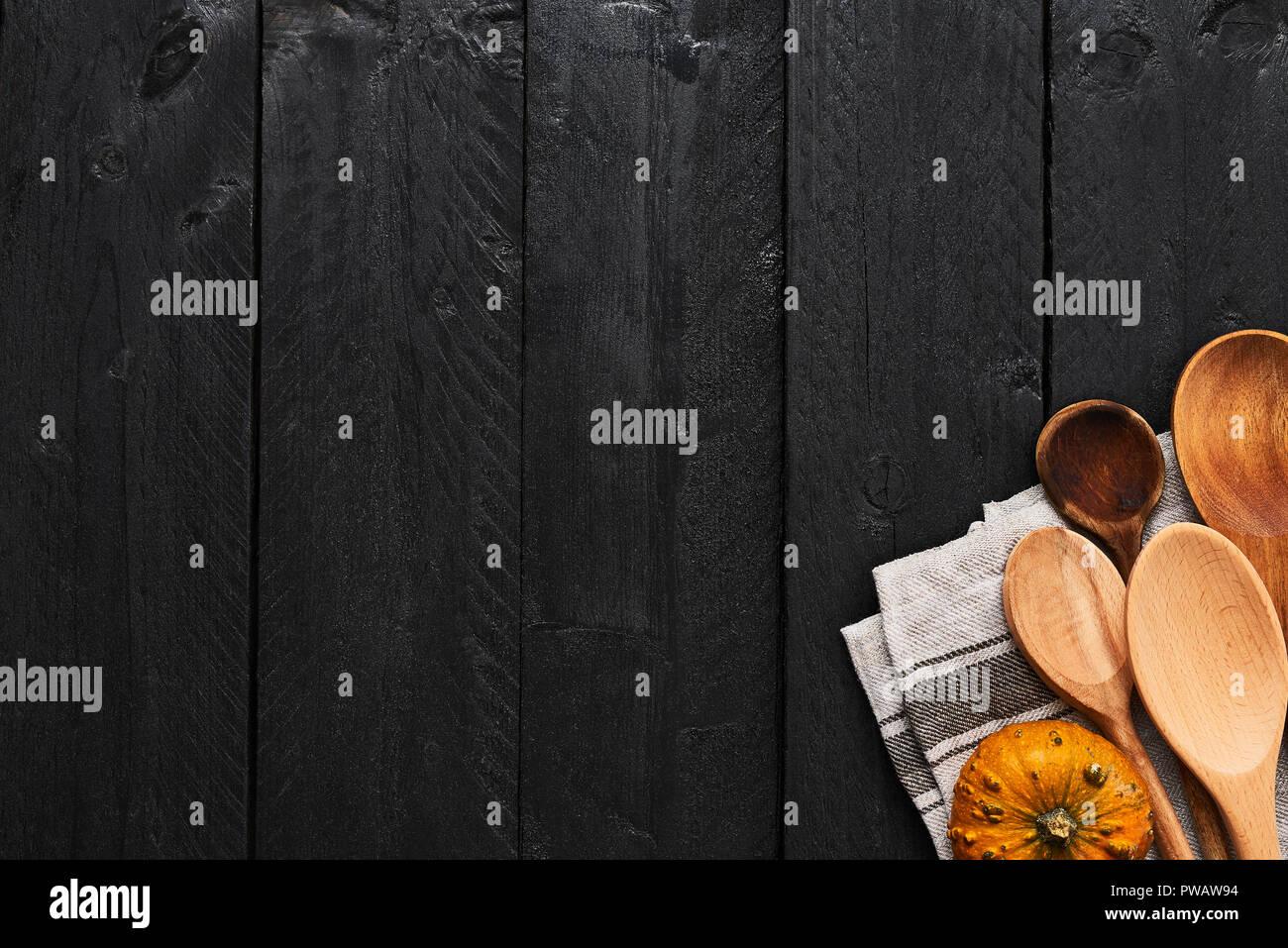 Holzloffel Kurbis Und Geschirrhandtuch Auf Schwarzem Holz