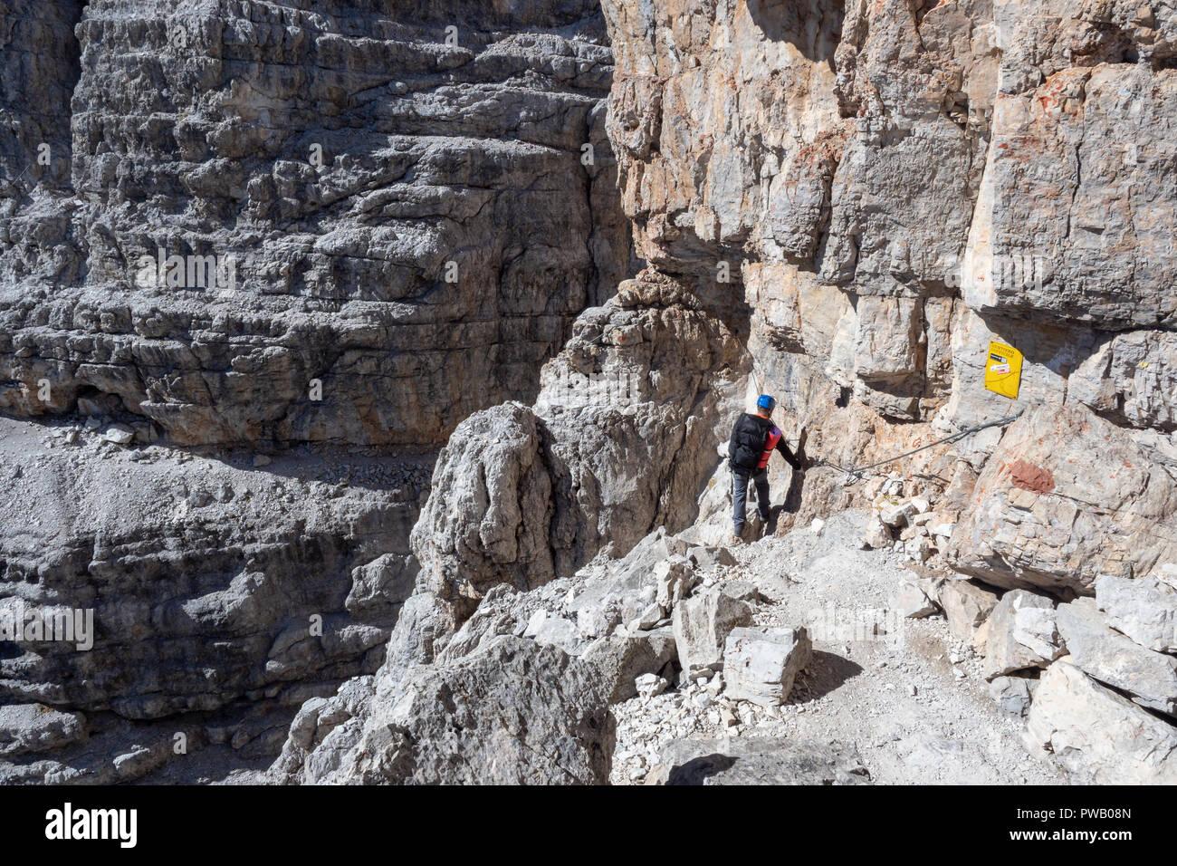 Klettersteig Dolomiten : Klettern in den dolomiten männliche bergsteiger am klettersteig