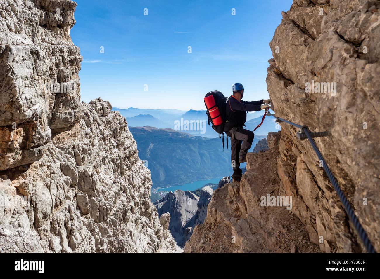 Klettersteig Dolomiten : Männliche bergsteiger am klettersteig in der atemberaubenden