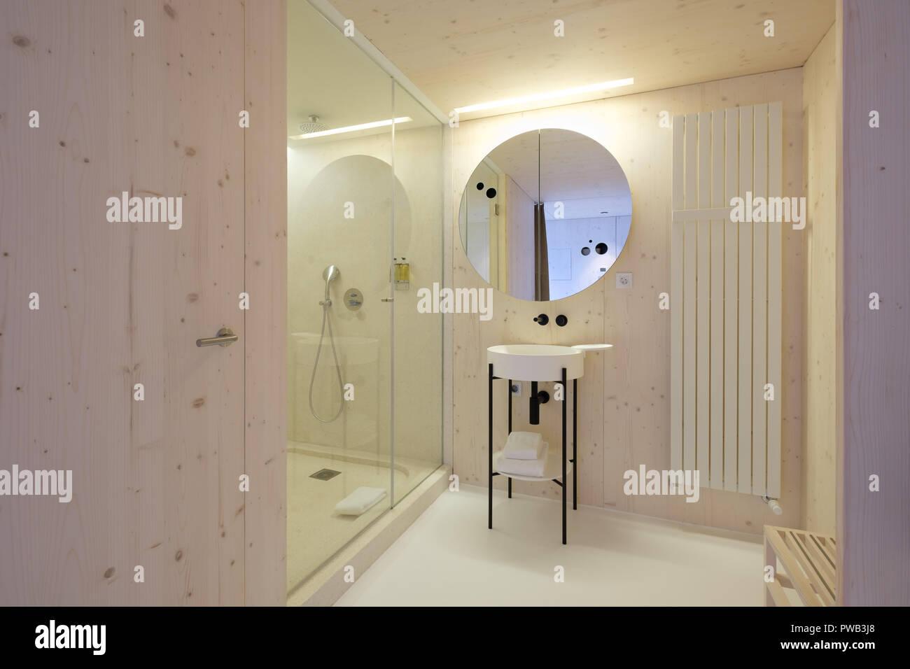 Minimalistische Badezimmer mit modernem Design und einem ...