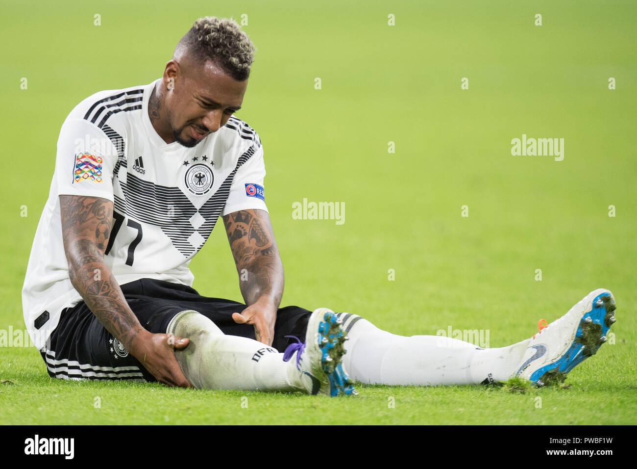 Jerome Boateng Ger Sitzt Auf Dem Platz Und Halt Sein Bein