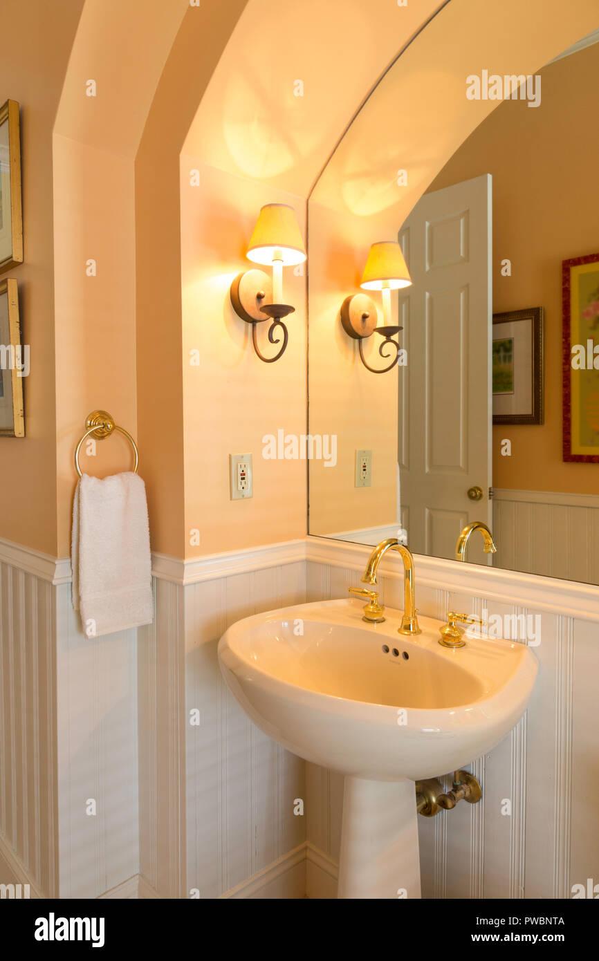 Pfirsich und weißen Luxus Designer Badezimmer, Florida, USA ...