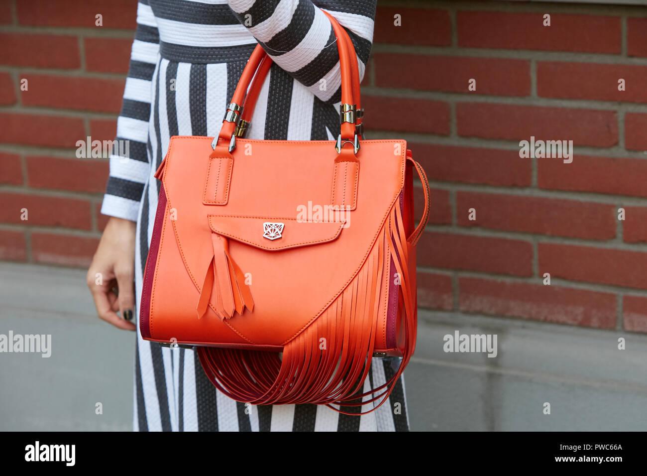 Mailand, Italien 20 SEPTEMBER 2018: Frau mit orange Leder