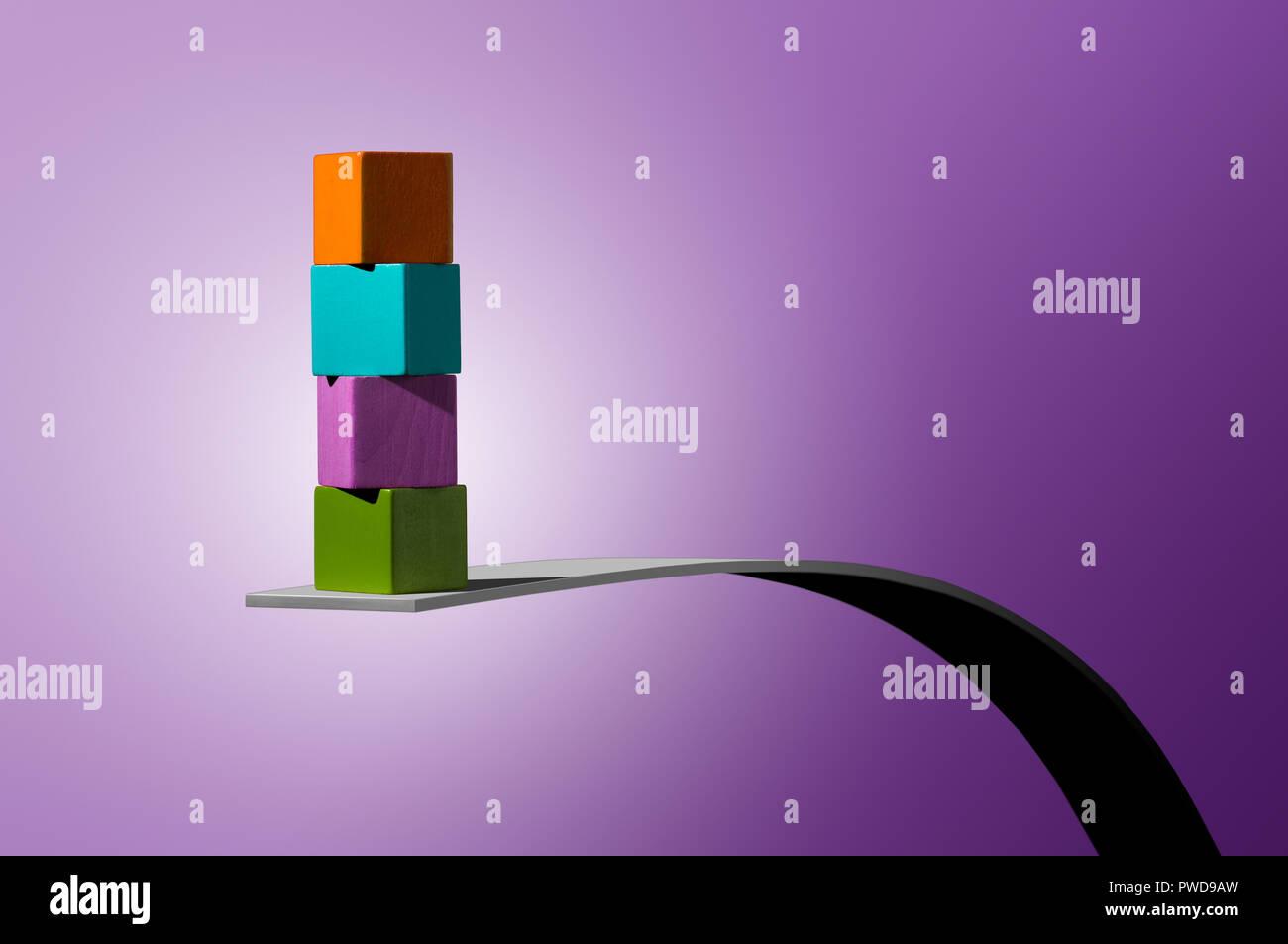 Konzept 4 4 Color Cubes gestapelt auf Streifen von Holz, Gleichgewicht Stockbild