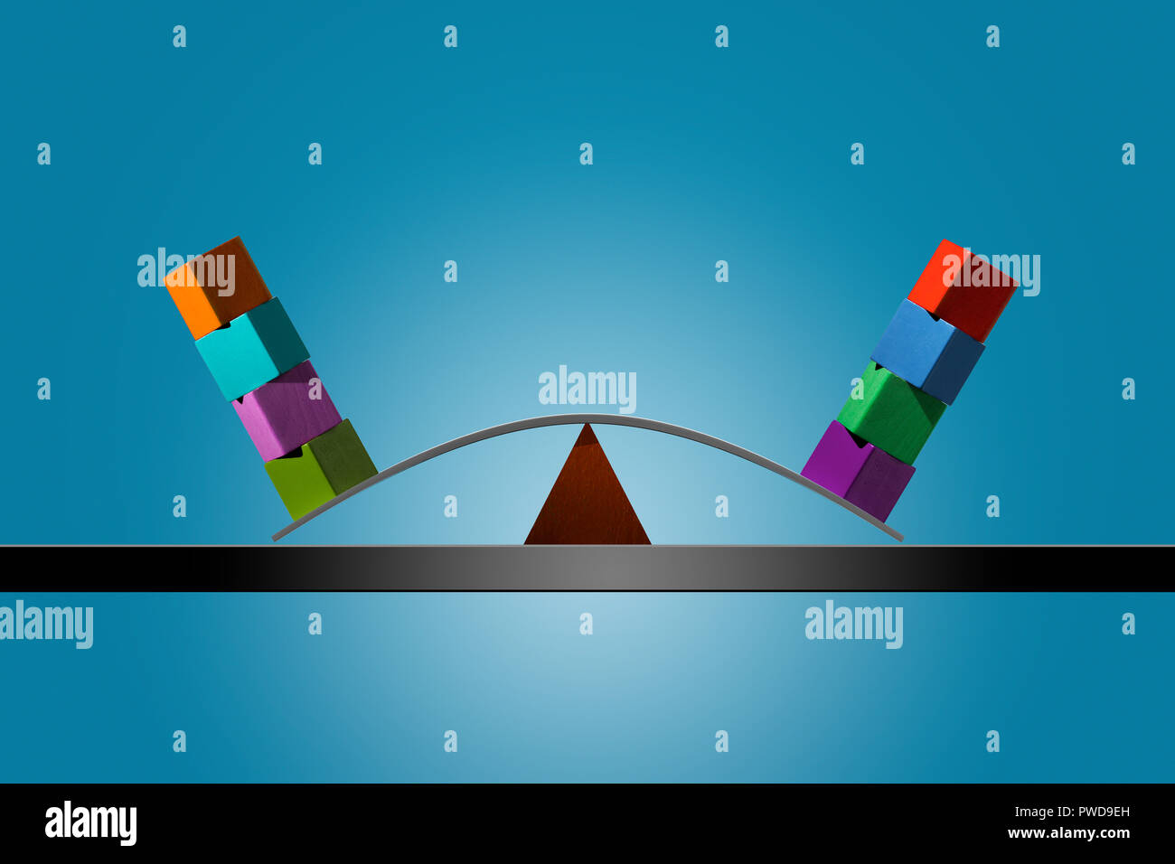 Konzept 4 4 Color Cubes gestapelt im Gleichgewicht auf einer Biegung Streifen von Holz, Gleichgewicht Stockbild