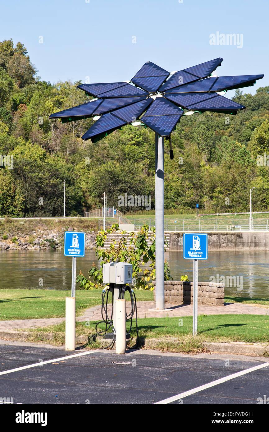 Elektrofahrzeug Ladestation, Solar Array olar Photovoltaik Flair', Melton Hill Wasserkraftwerken, Dam, Demonstrationsprojekt, Melton Hill Behälter. Stockbild