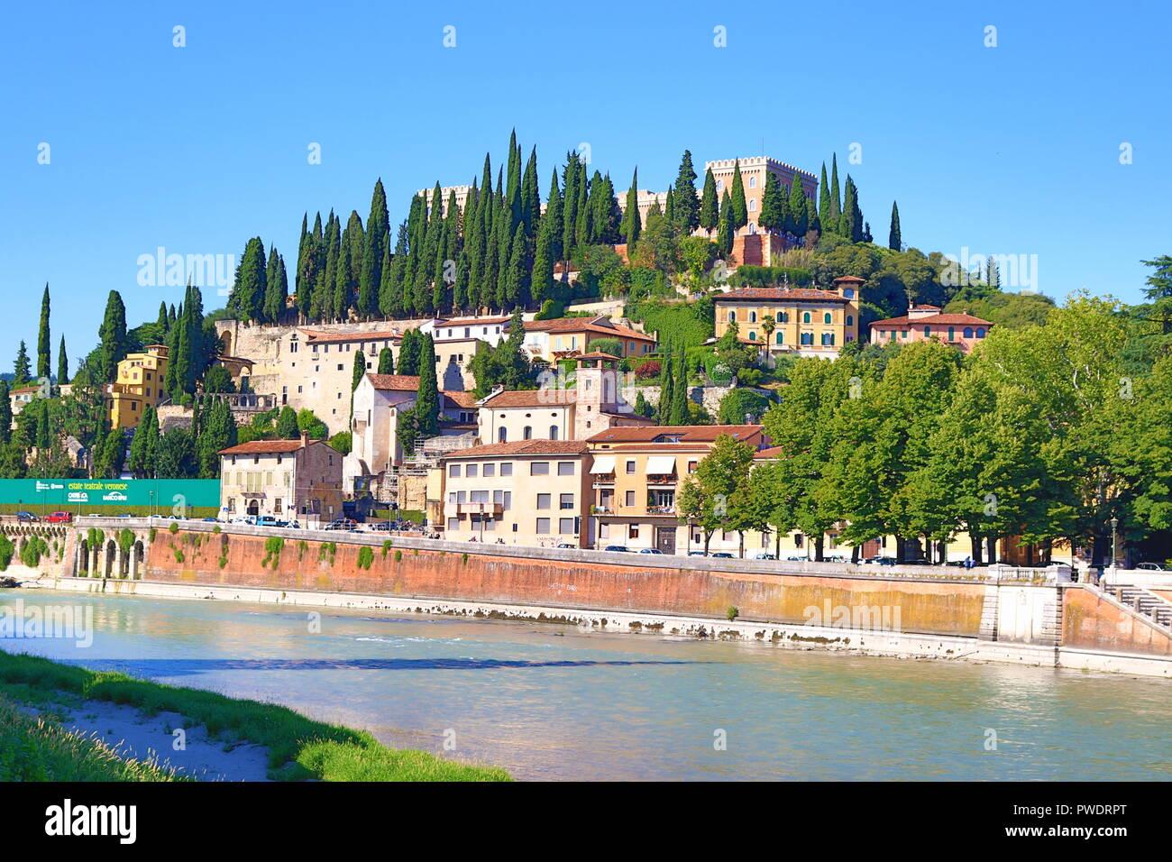 Blick auf San Pietro Hügel mit San Pietro Schloss und Etsch fließt durch  Verona, Italien. Oben auf dem Berg steht der Österreichischen Festung  Stockfotografie - Alamy