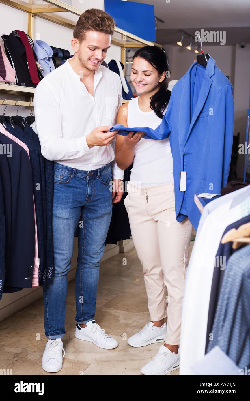 best website 5a21f f0247 Junges Paar Auswahl Jacke Männer an kleidung shop Stockfoto ...