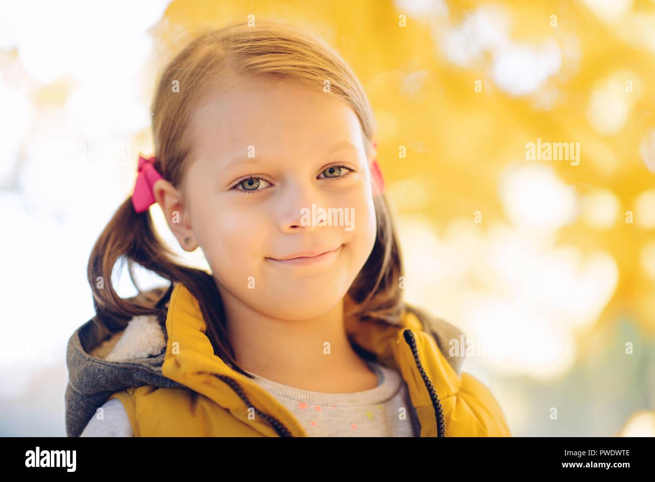 Peinlich verwirrt kleines Mädchen im Herbst Park Stockbild
