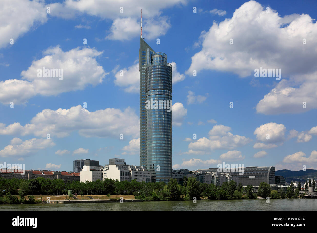 Österreich, A-Wien, Donau, Hauptstadt, Millenium Tower am Handelskai, Commercial Tower, Wolkenkratzer, cumulus Wolken, Donau Promenade, Donau Stockbild