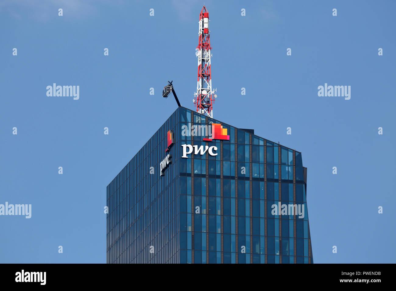 Österreich, A-Wien, Donau, Hauptstadt, Donau City, DC Tower 1, Commercial Tower, Wolkenkratzer, Detail mit pwc-Logo, Dachantenne Stockbild