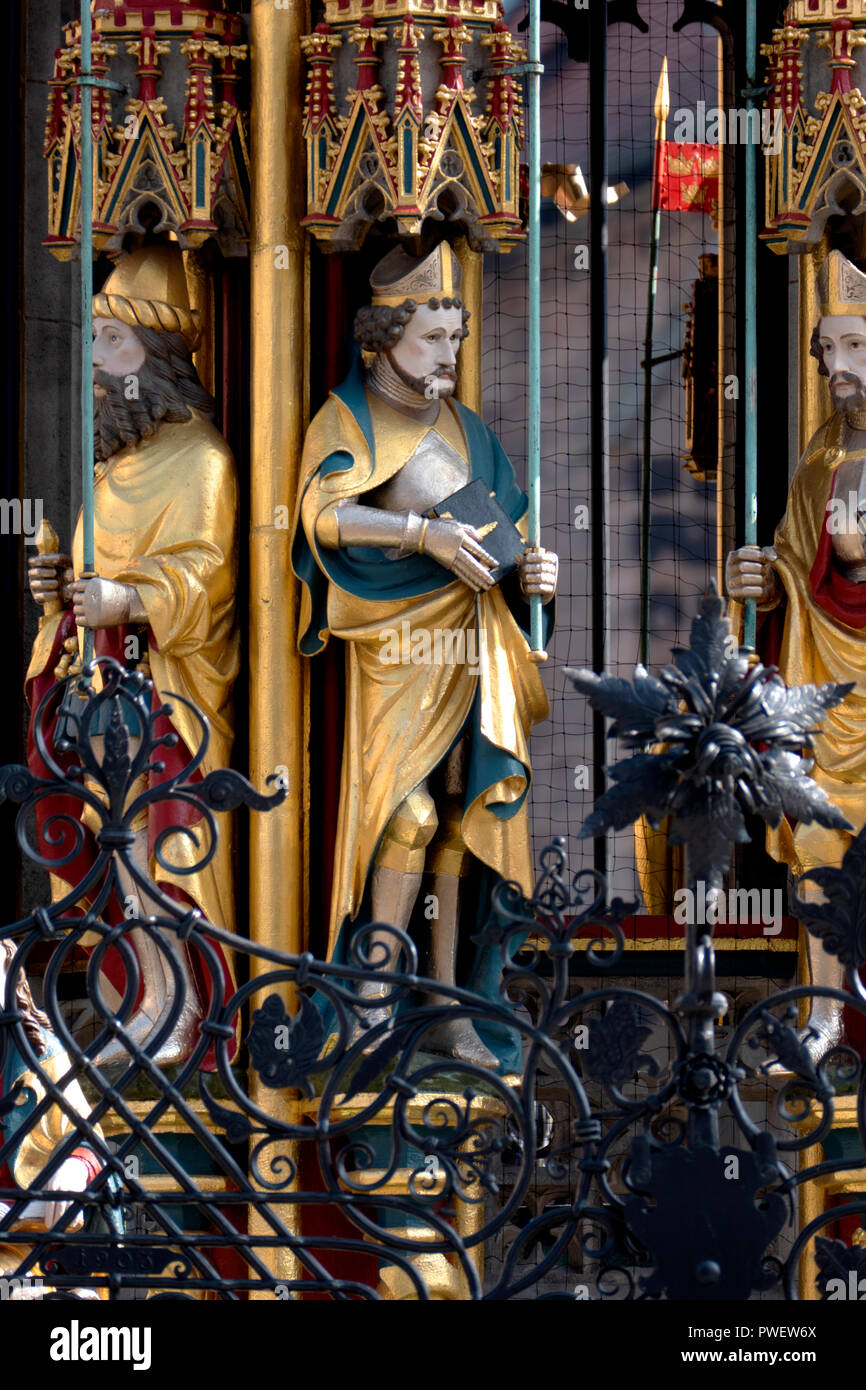 Das 14. Jahrhundert Brunnen Schöner Brunnen auf dem Hauptplatz von Nürnberg, Deutschland. Stockbild