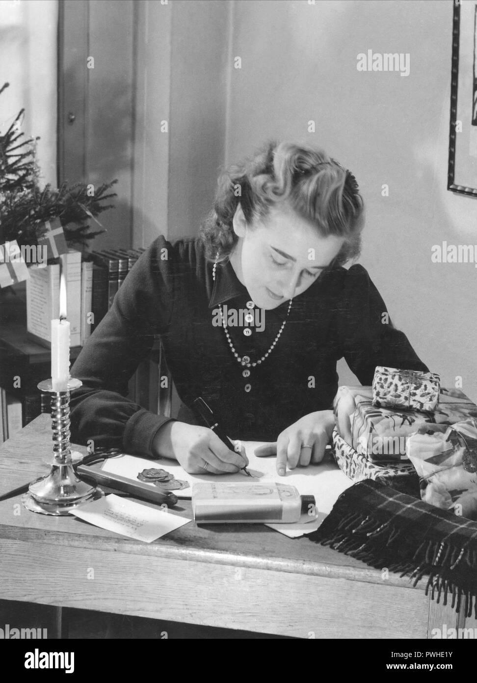 Weihnachtsgeschenke In Schweden.Weihnachten In Den 1940er Jahren Eine Frau Ist Verpackung
