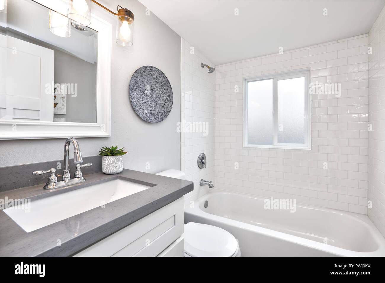Moderne, weiße und graue Design Badezimmer Stockfoto, Bild ...