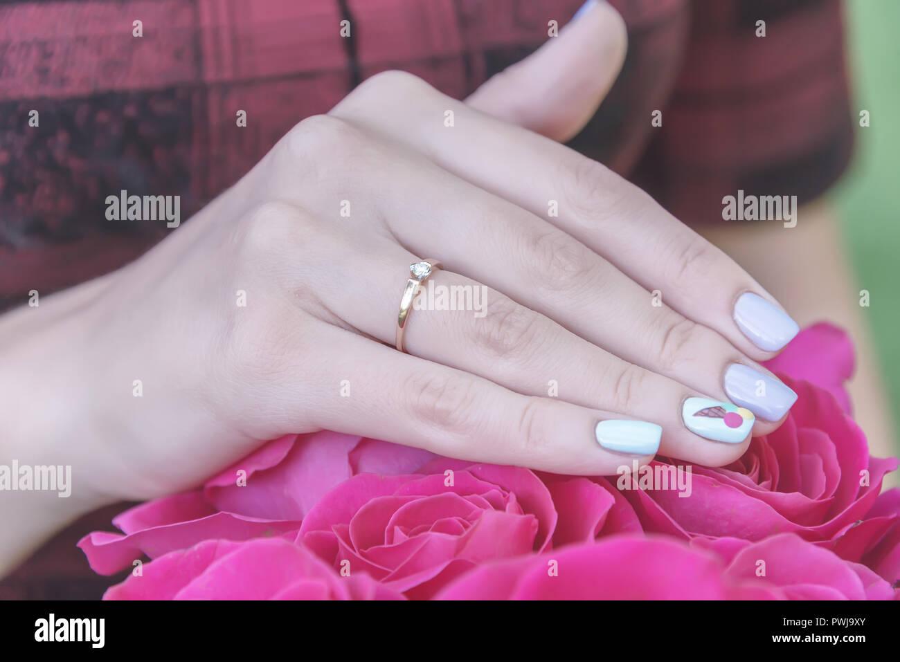 Girls Hand Auf Einen Strauß Rosen Ein Angebot Der Ehe Stockfoto