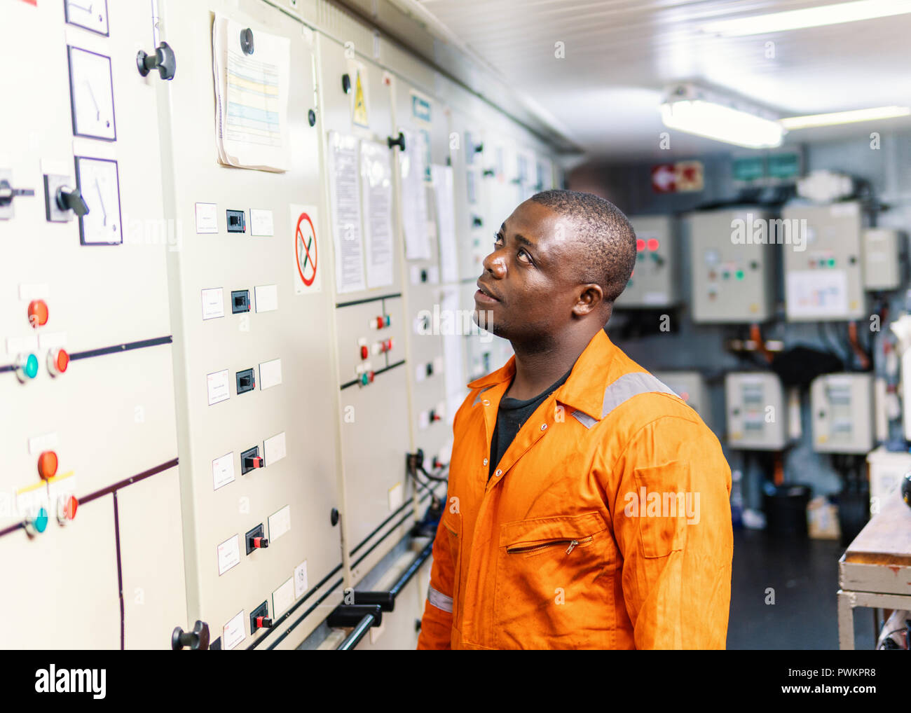 Marine Offizier im Maschinenraum arbeiten Stockbild