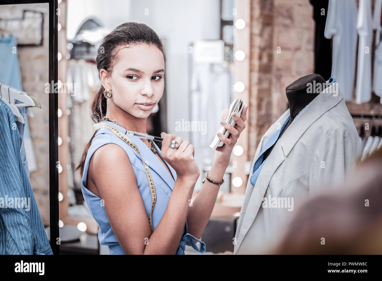 Schönen dunklen Augen Fashion Designer in viele kreative Ideen für die neue Kollektion Stockbild