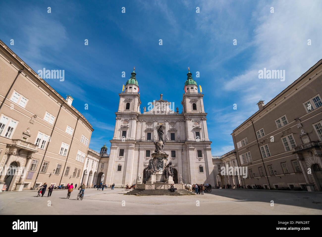 Salzburg, Österreich - April 6, 2018: barock aus dem 17. Jahrhundert (Salzburger Dom Salzburger Dom) und Marian Spalte (die Unbefleckte Maria Spalte) auf dem Domplatz Stockbild