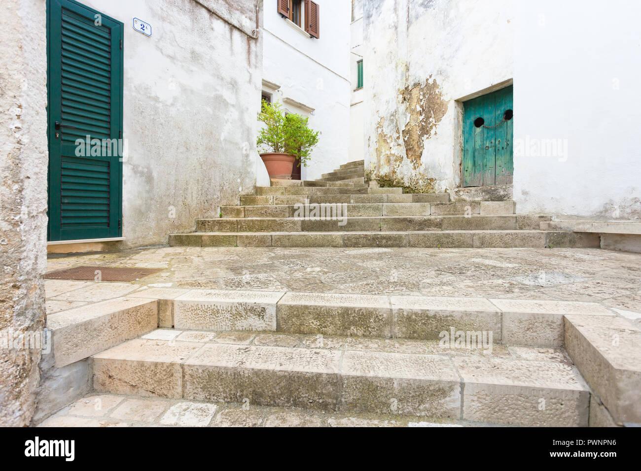 Specchia, Apulien, Italien -, zu einem historischen Treppenhaus in der Altstadt von Specchia Stockfoto