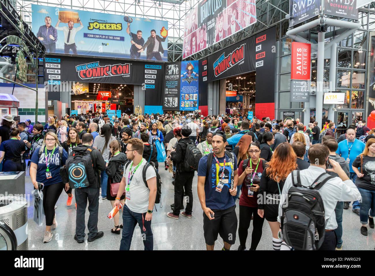 Eine Masse von Besuchern und Fans auf der New York Comic Con Comic und Film. Stockfoto