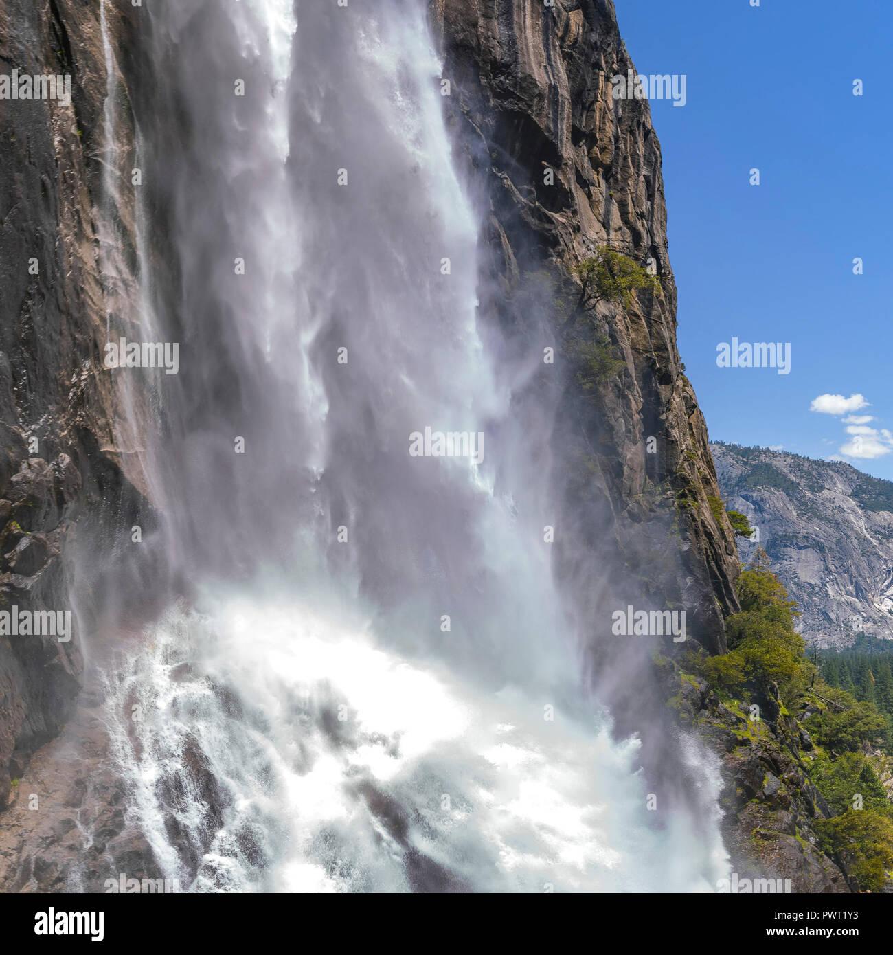 Cascading mächtige Wasser des Yosemite Falls closeup Stockbild