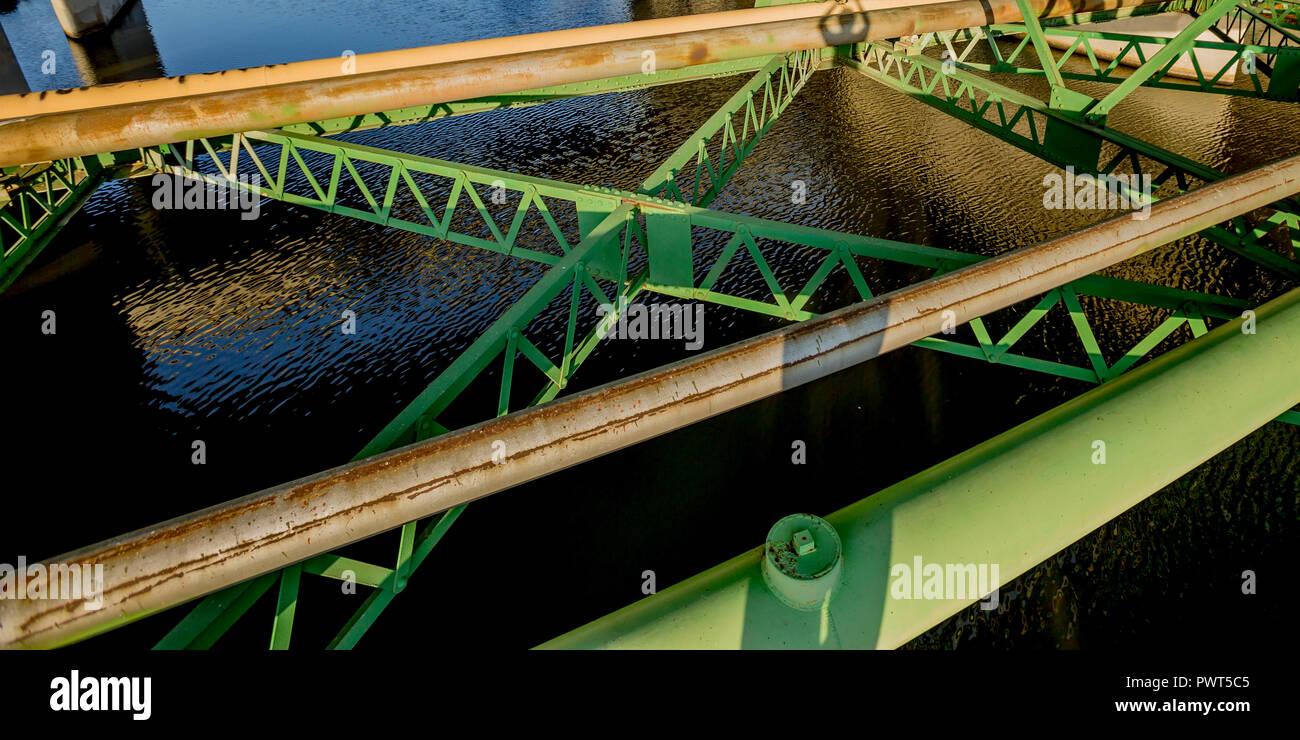 Grüne Strahlen einer Brücke mit geometrischen Muster Stockbild