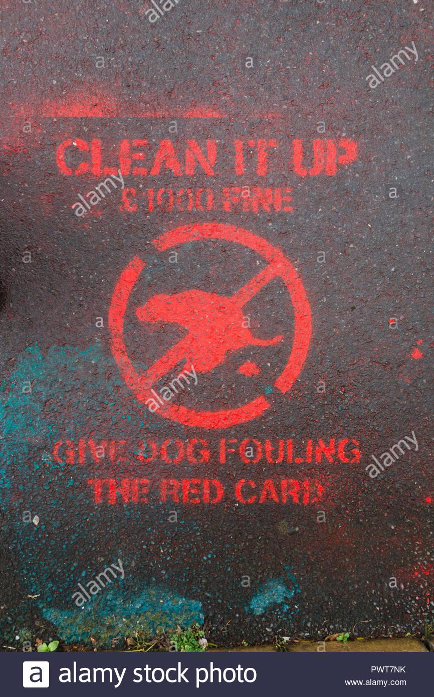 Reinigen Sie es aufgeben, Hundekot, die Rote Karte Kampagne in Abergavenny, Monmouthshire, Wales, Großbritannien mit roten stenciled Zeichen auf Bürgersteig, der Hund davon abhalten, Verschmutzung Stockbild