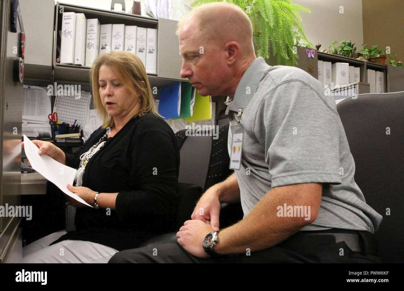 6070299adc Kenneth Edwards, rechts, sieht über die Schreibarbeit mit Joanna Mayer in  der Comptroller Direktion während der 5. jährlichen Schützling Tag bei der  Marine ...