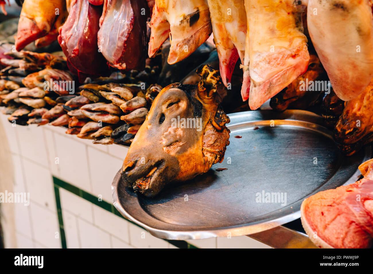 Der Ziege Kopf auf Platter, Fleisch und Fisch Markt, Tanger, Marokko, 2018 Stockbild