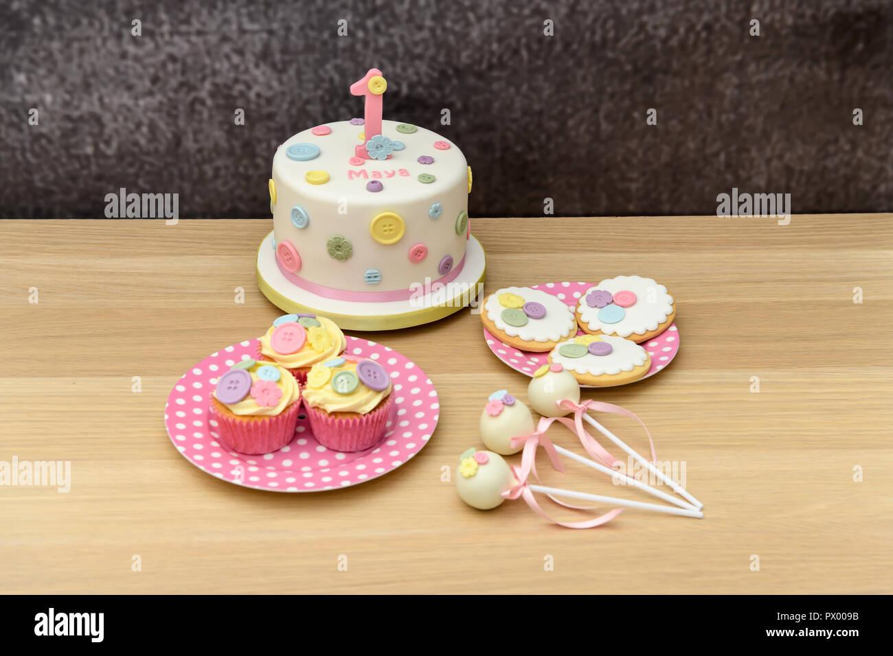1 Geburtstag Kuchen Mit Cupcakes Cakepops Und Kekse Stockfoto
