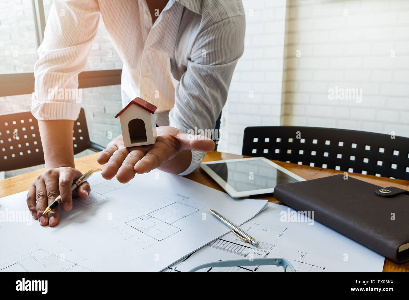 Architekt oder mit Stift arbeiten an blueprint Ingenieur, architektonische Konzept Stockbild