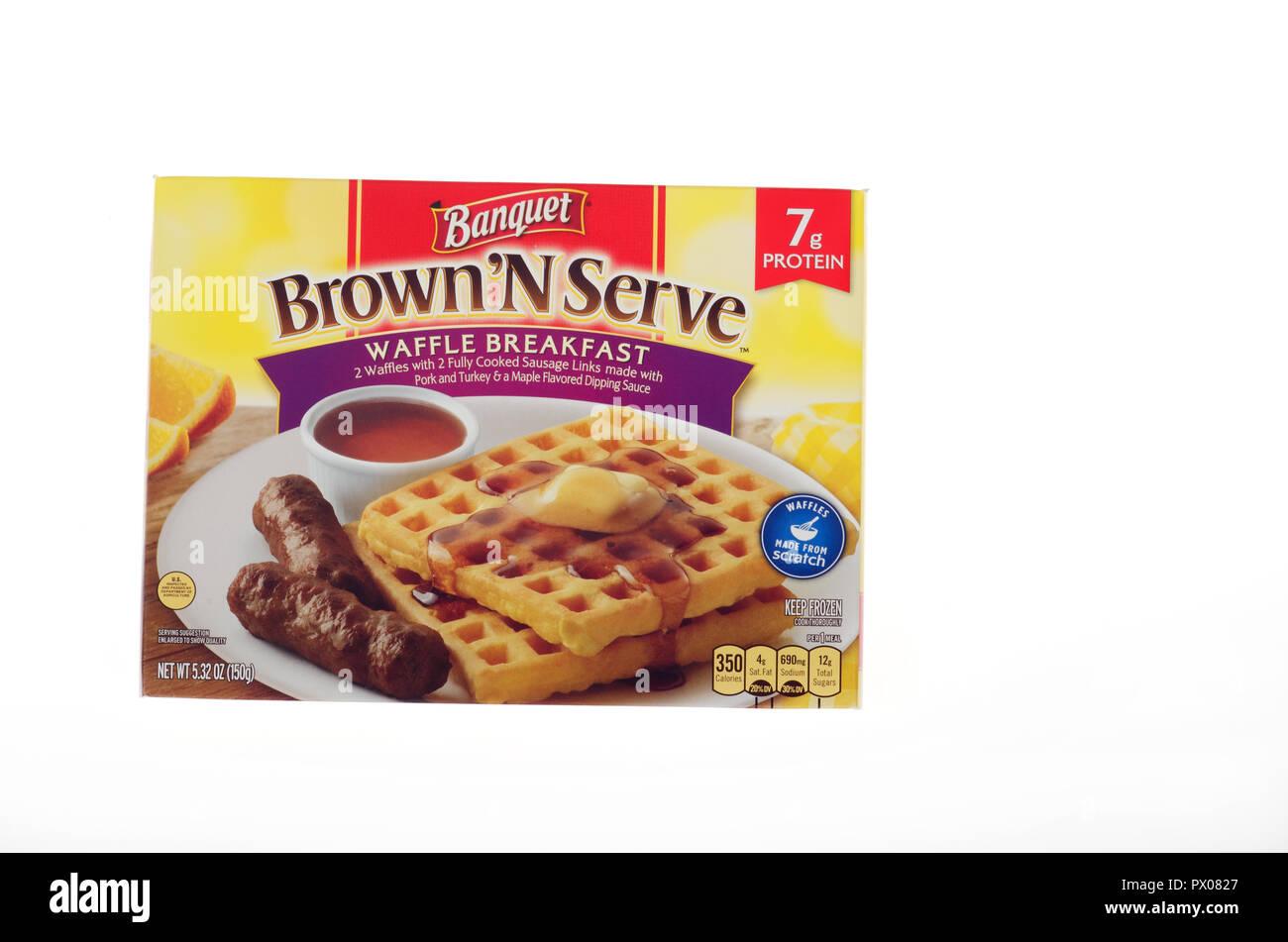 Box Bankett Lebensmittel, Teil von ConAgra, gefroren Frühstück mit 2 Waffeln, 2 Würstchen & Ahorn Sirup aromatisiert oder Soße Essen Stockbild