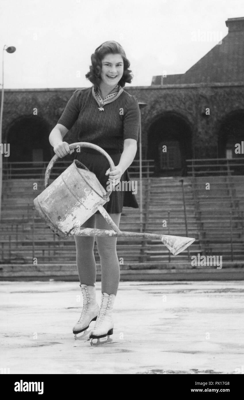 Eiskunstlauf in den 1940er Jahren. Schwedischer Champion Eiskunstläuferin Britta Råhlén Wasser das Eislaufen Eis auf Stockholms Stadion. Schweden 1943 Stockbild