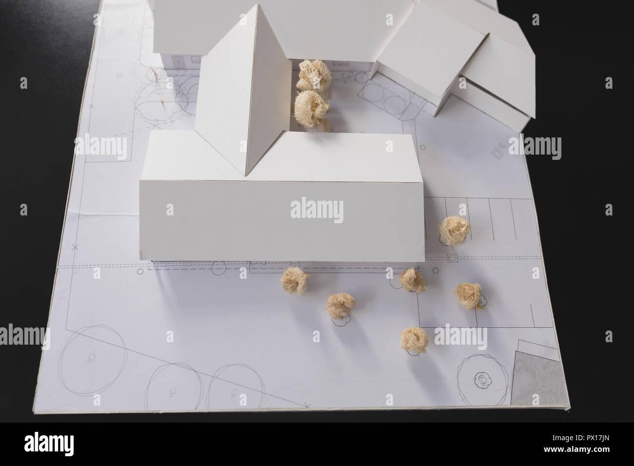 Haus Modell mit zerknittertem Papier auf dem Schreibtisch Stockbild